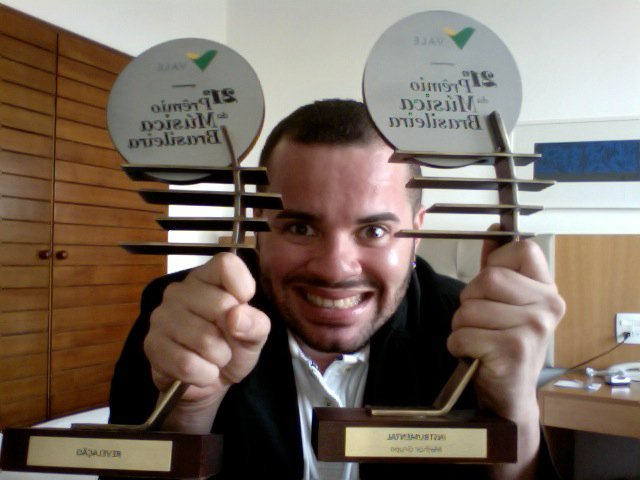Junior Maceió exibi os dois troféus do Prêmio da Música Brasileira