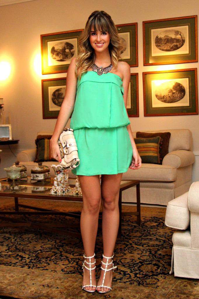 Look-do-dia-vestido-verde-esmeralda-sandália-branca-de-spikes-schutz-valentino-inspired-bolsa-off-guess-maxi-colar-águia-acessórios-Marina-Casemir-3