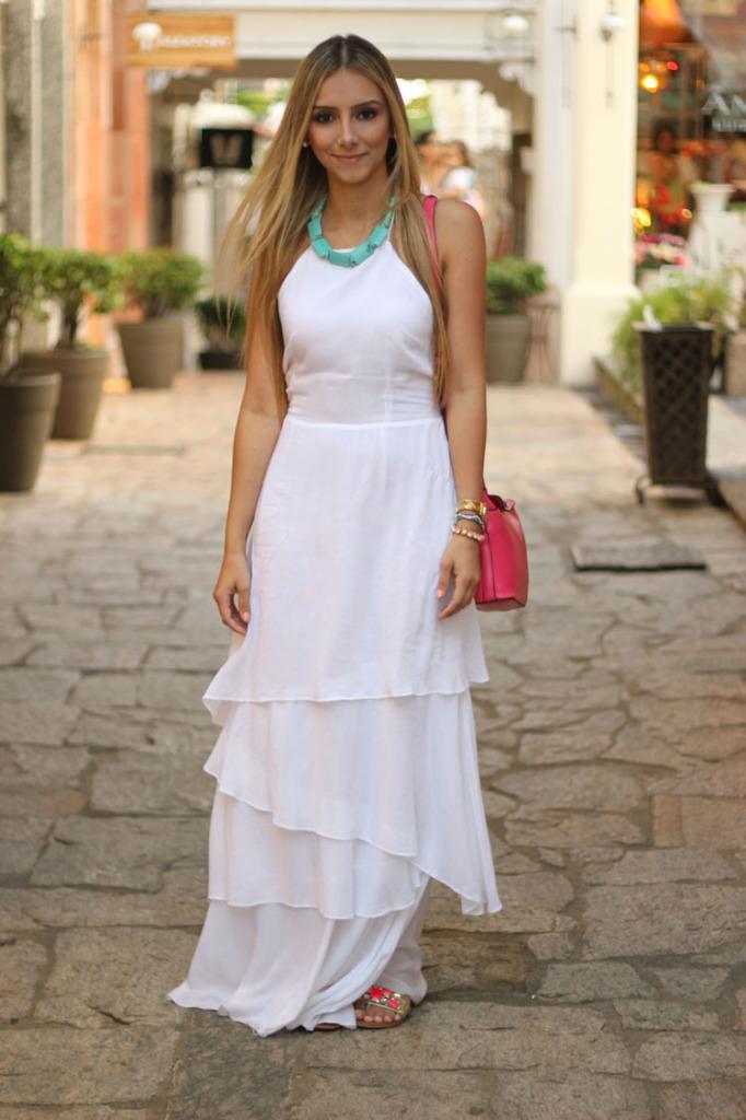 look-da-onca-vestido-longo-branco-farm-camadas-rasteirinha-pedras-pink-clutch-pink