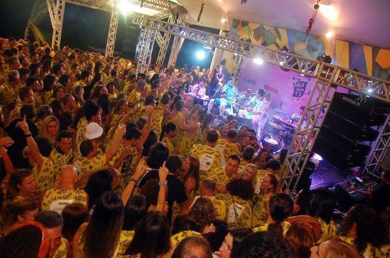 Entre um trio e outro o camarote tem shows exclusivos  Foto: Divulgação