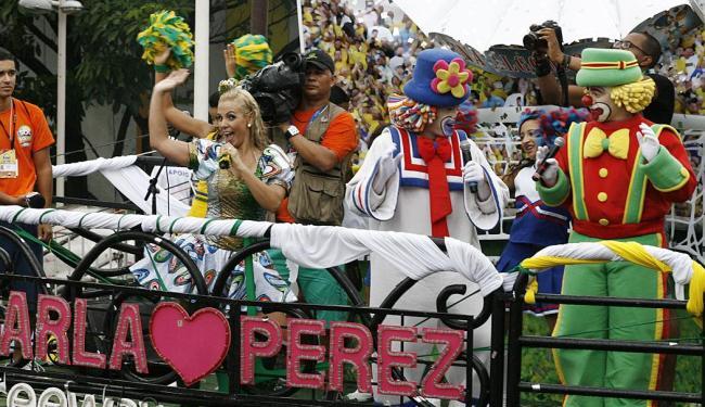 Carla Perez com os palhaços Patati e Patatá