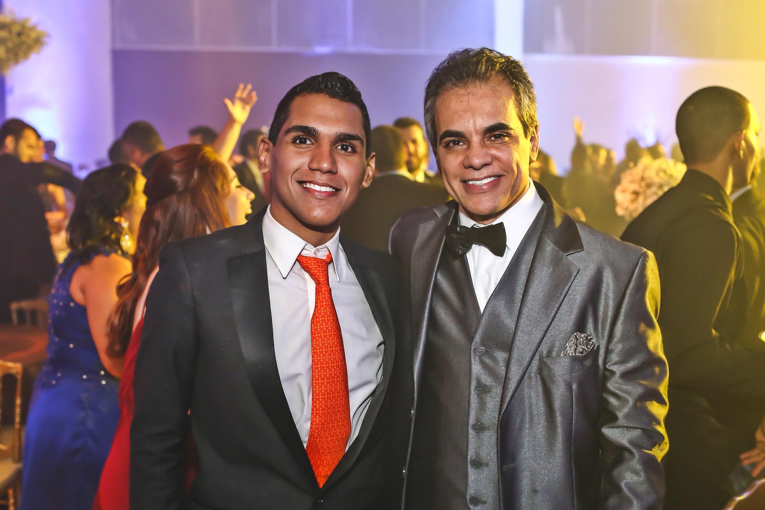 Leonardo Oliveira, Diretor de criação e Luciano Dores, Presidente da Grupo Canal 2, recebem convidados em noite festiva. Foto: Robson Nascimento/Divulgação